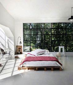 Diy Bett Als Einrichtungsidee Schlafzimmer Mit Glasfassade Und Bodenbelag  Weiß