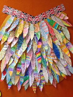 Waitangi Day Craft Activity: Make a Korowai (feather cloak) with paper feathers! Korowai are taonga (treasures) that are often worn on special occasions. Feather Crafts, Feather Art, Library Activities, Preschool Activities, Crafts For Kids To Make, Art For Kids, Kids Crafts, Toddler Crafts, Preschool Crafts