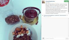 Bom dia, gente gira! Para recarregar baterias, a Ioana do Io - Healthy Kitchen sugere misturar a nossa granola de chocolate e frutos vermelhos com iogurte, ameixa e infusão de cidreira.  Quem precisa de energia? :-)