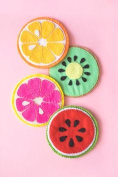 Felt Crafts Diy, Felt Diy, Fabric Crafts, Sewing Crafts, Sewing Projects, Craft Projects, Arts And Crafts, Felt Coasters, Felt Food