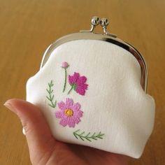 手刺繍のがま口〈コスモス•ピンク〉の画像 Embroidery Bags, Embroidery Stitches, Frame Bag, Travel Kits, Change Purse, Purses And Bags, Coin Purse, Pouch, Textiles