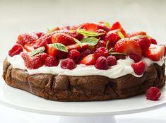 Chcete splnit sen čokoholikovi? Upečte mu čokoládový dort! A čokoládou rozhodně nešetřete, ten nejlepší dort má totiž z čokolády korpus, krém i zdobení :) Cheesecake, Baking, Strawberries, Food, Strawberry Fruit, Cheesecakes, Bakken, Essen, Meals