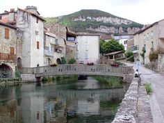 Creissels est un village médiéval construit au pied des falaises du Causse du Larzac.