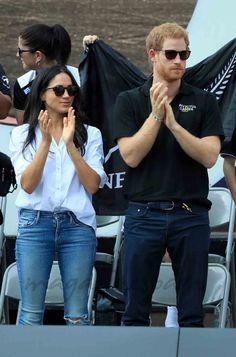 El príncipe Harry y su novia, Meghan Markle, han hecho oficial su relación apareciendo juntos de la mano, por primera vez, en los Juegos Invictus que se celebran en Toronto, Canadá.