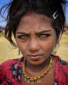 UK photographer Magdalena Bagrianow went on a trip through rural India, capturing unique portraits of the local people she met. The results are beautiful! Gypsy Girls, Gypsy Women, Pretty Eyes, Cool Eyes, Des Femmes D Gitanes, Portraits Illustrés, Model Shooting, Girl With Green Eyes, Most Beautiful Eyes