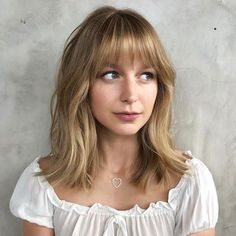 We're firm believers that every woman should try bangs once in her life. For oval faces, bangs are extra flattering. # Hairstyles with bangs 9 Super-Flattering Haircuts If You Have an Oval Face Oval Face Bangs, Thin Bangs, Hair Cut Oval Face, Medium Hair Styles, Short Hair Styles, Bangs Medium Hair, Bangs Wavy Hair, Shoulder Length Hair With Bangs, Messy Bangs