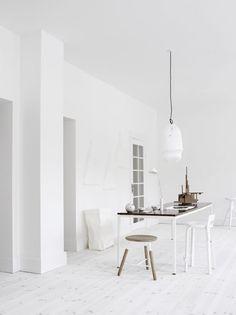 Deze witte ruimte is heel sober ingericht en er is weinig dat je kan afleiden, prettig voor een werkruimte.