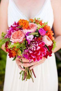 Bouquet de novia con flores de distintos tipos y especies y en colores alegres y muy brillantes.