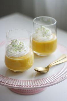 Hyvää palmusunnuntaita! Nyt on hyvä aika pistää jakoon pääsiäisen ykkösjälkkärin ohje. Mango kuuluu mielestäni pääsiäisen jälkkäreihin kuin pipari jouluun, ja näin raikkaan ja keveän jälkiruoan jaksaa syödä raskaammankin pääsiäisaterian päätteeksi. Minun kaapistani löytyy aina Bonnen... Panna Cotta, Food And Drink, Pudding, Baking, Ethnic Recipes, Desserts, Koti, Drinks, Tailgate Desserts