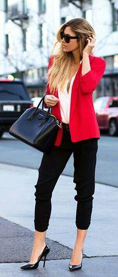 Chaqueta roja , pantalones al tobillo , con camisa en color marfil. Elegante, perfecto. Red Jacket, black trousers, ivory blouse, black pumps . Perfect