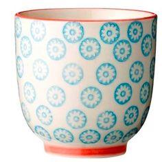 Bloomingville - Emma kop i blå uden hank fra HjemmeLiv.dk God størrelse til en kop kaffe eller te. Koppen har det fineste blå blomster mønster med rød kant. Mix og match med de andre dele i Emma stellet og lav dit helt eget personlige stel.