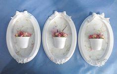 Trio de quadros ovais com apliques em resina na moldura laqueada. Aplicação de tecido no fundo na cor e estampa combinando com a sua decoração. Pode colocar o nome do bebê. Vasinhos com flores e detalhe de passarinho (opcional) PRODUTO ARTESANAL SUJEITO À VARIAÇÕES