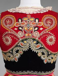 Portuguese traditional folklore costume from Minho. Folk Clothing, Historical Clothing, Folklore, Folk Costume, Costumes, Folk Embroidery, Polish Embroidery, Embroidery Ideas, Textiles