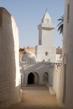 Umran masjid in Libya Mosque Architecture, Vernacular Architecture, Art And Architecture, Beautiful Mosques, Beautiful Places, Arte Judaica, Place Of Worship, Beautiful Architecture, Kirchen