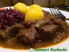 Saftgulasch nach Wiener Art mit Apfelrotkohl und Kartoffeln - #Rezept