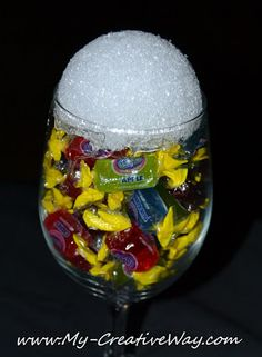 Wine Glass Candy Bouquet Tutorials I& showed you how to make a Candy Bouquet in a party cup, but several of you have asked how. Bouquet Cadeau, Candy Bouquet Diy, Gift Bouquet, Candy Boquets, Candy Bouquet Birthday, Lollipop Bouquet, Money Bouquet, Bouqets, Food Gifts