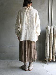 平織リネン<br />リボンワイドシャツ  小さめの衿に、前立ては比翼仕立てです。 後ろリボンが付いています。 ドロップショルダーのルーズシルエットで、 着用すると裾にきれいなドレープが生まれます。  さらりと軽い着心地で、シンプルに着用したり、 羽織物と重ね着したりと、 年間を通して合わせやすく重宝していただける一枚です。