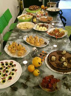 Grusel Buffet auf der Halloween-Party in der SEO Küche. Die Rezepte gibt es in den folgenden Bildern Halloween Party, Buffet, Halloween Parties, Catering Display, Lunch Buffet