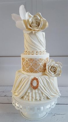 White gold weddingcake. by Yvonne - http://cakesdecor.com/cakes/271233-white-gold-weddingcake