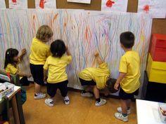 Grand trait vertical... Il est important de veiller à ce que les enfants commencent leur trait à partir du haut de la feuille jusqu'en bas tout comme quand on écrit...