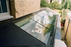 Lovely side return glass roof for kitchen extension Extension Veranda, Glass Extension, Extension Ideas, Kitchen Extension Glass Roof, Victorian Terrace, Victorian Homes, Side Return Extension, Casas Containers, Roof Light