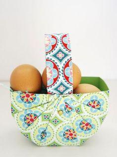 Huch, ist schon wieder Ostern? Ein hübsches Osterkörbchen bereichert jede Eiersuche und Osterbesuche. Noch schöner wird es, wenn es in letzter Minute mit dem aktuellen Lieblingsstöffchen bezogen wird. Da braucht es fast keinen Inhalt mehr, oder? Ohne Nadel und Faden … weiterlesen