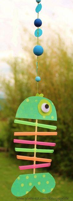 www.toutpetitrien.ch et http://pinterest.com/fleurysylvie/mes-creas-pour-les-kids/ Un petit poisson bricolé avec les enfants, avec des pailles et un pic à brochette. #poisson #bricolage: