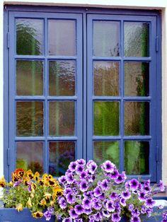 Blue trim window with window box flowers. Love the glass! Window Art, Window Sill, Window Boxes, Window Box Flowers, Flower Boxes, Bush Garden, Periwinkle Blue, Purple, Craftsman Exterior