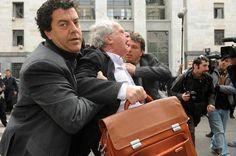 Avvocato trascinato dalla Digos mentre contesta Berlusconi