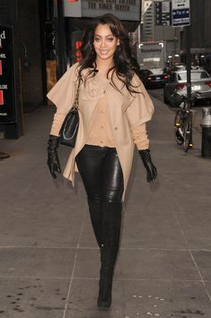 Skóra Skóra Blog: Lady in Tight skórzane spodnie i skórzane rękawiczki (UHQ)