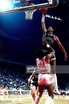 Fotografia de notícias : George Gervin of the San Antonio Spurs dunks over...