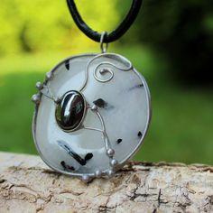 SVĚTY+Originální+šperk+v+jehož+základu+je+vsazen+valounek+Křišťálu+z+Brazílie+s+vrostlicemi+Turmalínu+-+skorylu,+který+je+doplněn+kabošonem+Hematitu+Šperk+byl+broušen,+tepán,+letován,+leštěn+a+ošetřen+antioxidačním+olejem.+Rozměr+šperku+je+4*4,5+cm.++Design+by+Q.+Děkuji,+že+respektujete+autorské+právo.++Křišťál+Bývá+nazýván+kamenem+kamenů....