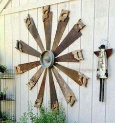 Gorgeous Rustic Farmhouse Porch Design Ideas Old Rusty Saws made into a windmill. Garden Crafts, Diy Garden Decor, Garden Projects, Garden Tools, Recycled Garden Art, Garden Junk, Garden Wall Art, Farm Tools, Garden Whimsy