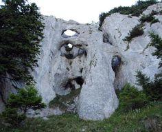 Pentru a ajunge în Piatra Craiului trebuie să treceţi neapărat prin Prăpastiile Zărneştiului, o zonă de o frumuseţe rară, care poate fi străbătută la pas. Legendele locului şi construcţiile misterioase sunt încântătoare. Turism Romania, Visit Romania, Carpathian Mountains, Tourist Places, Beautiful Places To Travel, Places To See, The Good Place, Hollywood, Mai