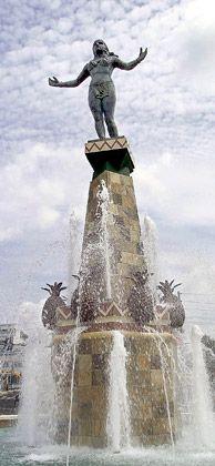 Monumento a la Herencia Taína;    Se ha convertido en una de las imágenes más simbólicas de la Ciudad Criolla. Inaugurado en el año 2001, el Monumento a la Mujer Indígena es un homenaje a nuestra herencia taína y a la mujer cagüeña, mujer valerosa y trabajadora. Esta atractiva escultura da la bienvenida a todos  los cagüeños y visitantes desde la principal entrada de la ciudad de Caguas.
