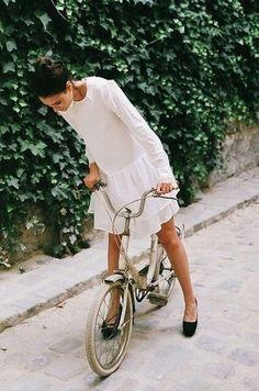the simple pleasure of a bike ride. Drop-waist dress, casual flats and bike ♥ Looks Street Style, Looks Style, Style Me, Style Blog, Girl Style, Look Fashion, Fashion Beauty, Bike Fashion, Fashion Shoes