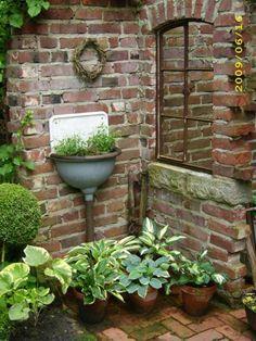 """In der toll arrangierten Ecke könnte direkt eine Outdoor-Shower von www.wellness-stock.de/gartendusche stehen #shower #outdoorshower #garden an arched """"window"""" surrounded by brick, looks a little like ancient ruins"""