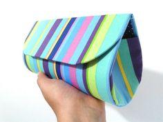 Bolsa de mão / Clutch em cartonagem, forrada com tecido 100% algodão e fechamento com botão magnético.
