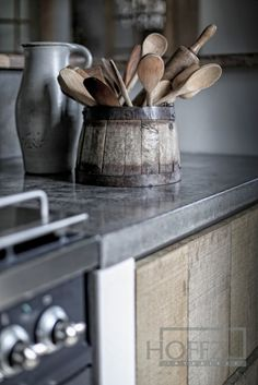 Can someone please explain to me why wooden kitchen utensils give me feels ? Primitive Kitchen, Wooden Kitchen, Country Kitchen, Kitchen Dining, Kitchen Decor, Kitchen Utensils, Kitchen Counters, Kitchen Shelves, Deco Design