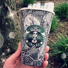 Habituée du Starbucks, Carraha eu la fantastique idée de prendre les très épurés gobelets de cette fameusechaînede café, et d'en faire sa nouvelle toile.En effet, elle transforme de simples tasses en carton en de vérit...