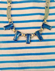 Collar azul con detalles en color dorado.   Vi.CaFashion Room