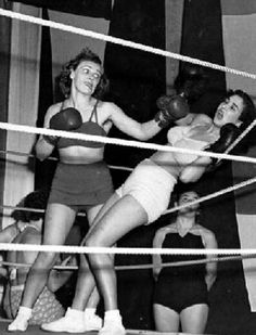 Miss Italy knocked onto the ropes by Miss Sweden during a women's international boxing match in Stockholm 1949 Boxing Girl, Women Boxing, Female Boxers, How To Be Graceful, Female Fighter, Kickboxing, Muay Thai, Girls Be Like, Knock Knock