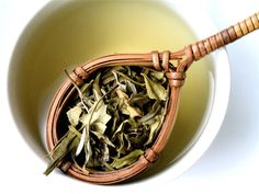 About white tea we can say it isn't white, as black tea isn't black. Find out from where white tea has inherited its name and its magnificent flavor. White Tea Benefits, Teas For Headaches, Autumn Tea, Salud Natural, Natural Foods, My Tea, Tea Ceremony, Drinking Tea, Yummy Recipes
