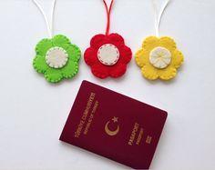 Çiçek Figürlü Keçe Valiz Etiketleri Keçeden çiçek figürlü kullanışlı valiz etiketleriÇapı 7 cm dir.. 330993