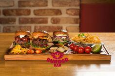Ochutnávka tří různých miniburgerů z naší nabídky – kachna, kanec, cheeseburger Tasting of three different mini burgers from our menu – wild boar, duck, cheeseburger