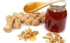 Le traitement miraculeux au miel, aux amandes et aux noix. En plus de nous aider à réduire le cholestérol et de nous apporter de l'énergie, ce remède constitue un petit-déjeuner idéal et très sain pour notre santé cardiaque.