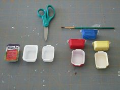 """Tutorial: vintage Pyrex casserole dish Jam packet from """"Denny's"""" restaurant. *Trim extra plastic on long sides. *Will need two to three coats of paint. *The blue one has one coat of paint for demonstration. Miniature Kitchen, Miniature Crafts, Miniature Dolls, Mini Kitchen, Kitchen Sink, Doll House Crafts, Doll Crafts, Doll Houses, Dollhouse Accessories"""
