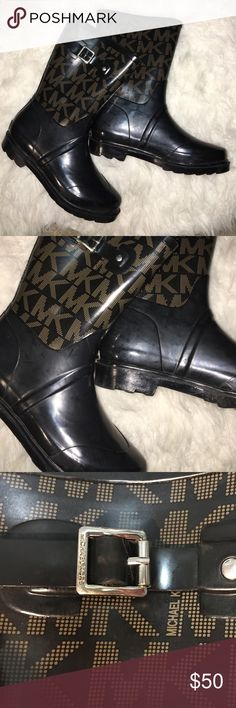 """Michael Kors Rain Boots ☔️ Used Michael Kors rain boots in good condition! Have some minor scuffs on them, but nothing noticeable when worn! Posted pictures with flash to best show any signs of wear. Cotton lined with a padded sole as well! Perfect for winter! The top of the boot hits 10"""" up the leg Michael Kors Shoes Winter & Rain Boots"""