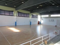 Sui 600 metri quadri del fondo di gioco in essenza #faggio della palestra di Santhià sono statti tracciati i rettangoli per basket e #volley