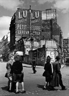 Herbert List, Street scene near the Rue Tholoze in Montmartre, 18th arrondissement, Paris, 1936.